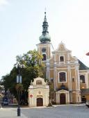 Kaplička s kostelem na náměstí