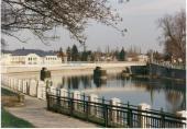 Zábradlí kolem Bečvy a pohled za Tyršův most