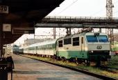 Lokomotiva 150 002 s částí rychlíku za 4  nástupištěm (5 8 2004)