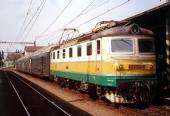 Nákladní lokomotiva 182 024 netradičně s osobním vlakem u 1  nástupiště (24 8 2001)