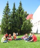 086 Dřevohostický piknik, předzámčí a vodní příkop dřevohostického zámku