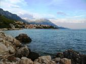 0028 Městečko semknuté mořem a horami, Chorvatsko