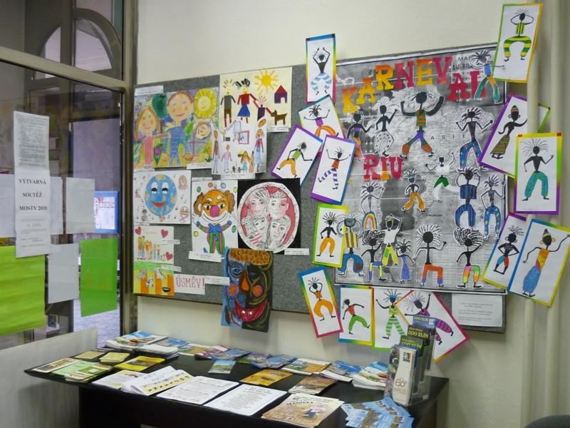 Výstava z výtvarné soutěže Mosty 2010, obrázek se otevře v novém okně
