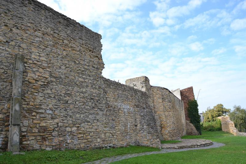 Městské opevnění s baštami a fortnou, obrázek se otevře v novém okně