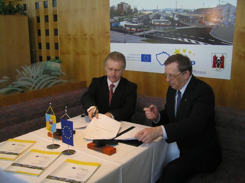 podpis smlouvy, obrázek se otevře v novém okně