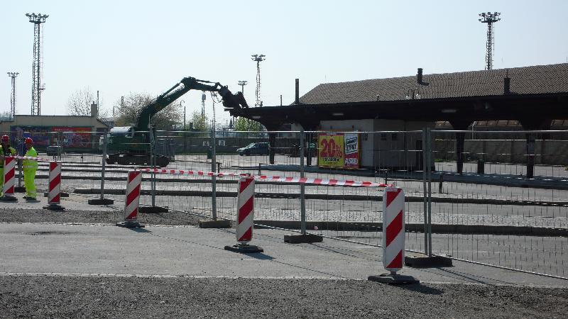 zahájení demolice výpravní budovy, obrázek se otevře v novém okně